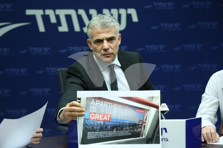 MK Yair Lapid (Yesh Atid) Holding a Photo of a BDS Poster in the London Tube 22.2.16