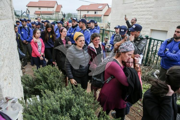 Residents of Ofra leave their homes slated for demolition