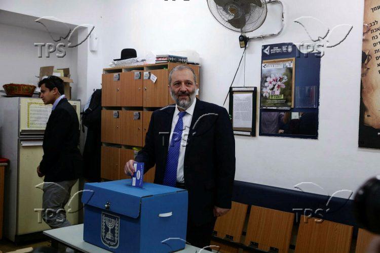 MK Aryeh Deri votes