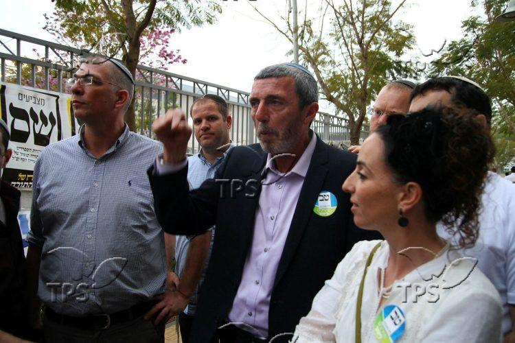 Rafi Peretz in a polling stations' tour