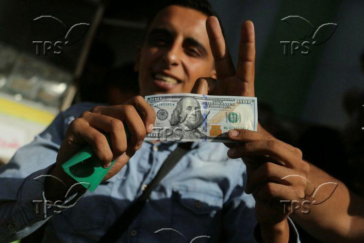 Qatari money is distributed in Gaza Strip