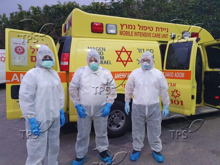 צוותי מדא מתמגנים בחליפות מיגון – צילום דוברות מדא – פברואר 2020 (1)
