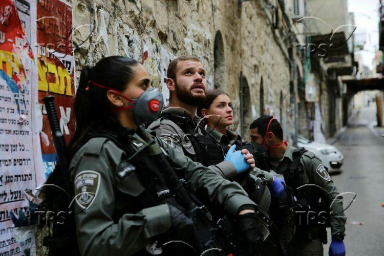Police sealing a synagogue in Jerusalem