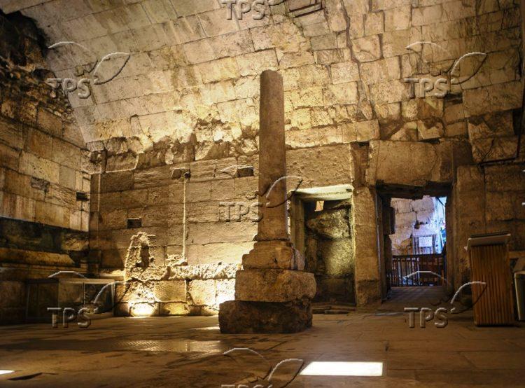1. שרידי המבנה המפואר מלפני 2000 שנה