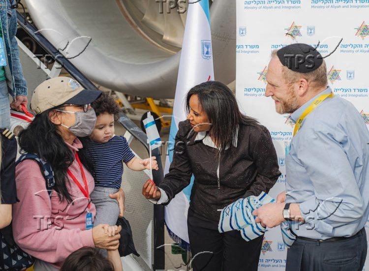 Rabbi Fass and Minister Tamano-Shata welcome Olim at Ben Gurion – Credit Noga Melsa