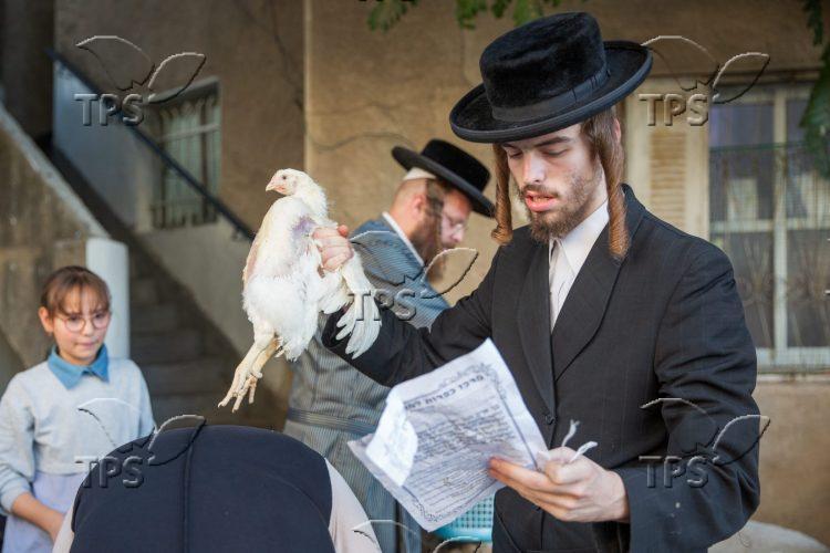 Hasidic Jews Perform Kapparot Ceremony in Jerusalem Photo: Shalom Shalev/TPS